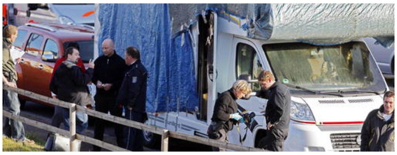 Thüringer Allgemeine, 2011-11-17 - WoMo-Bilder vor Abtransport 02 (mit Gerichtsmedizinern vor Ort) [von Sascha Willms]
