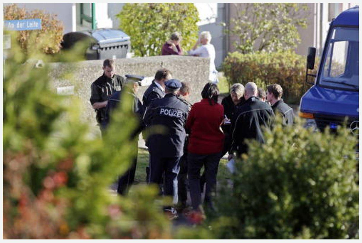 Thüringer Allgemeine, 2011-11-17 - WoMo-Bilder vor Abtransport 04 (mit Gerichtsmedizinern vor Ort) [von Sascha Willms]